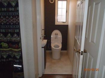 木目調の上質な寝室とお掃除しやすいスタイリッシュなトイレが完成しました。