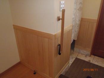 玄関ホールに腰板を貼り、素材感のある落ち着いた玄関になりました。
