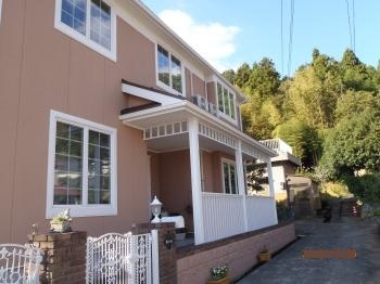外壁、屋根のリフォームと玄関ポーチ新設で一段と際立つ洋風住宅が完成しました。