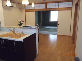 省エネ住宅ポイントを獲得し、カウンターをリメイクした手作りテーブルや洗面台など温かみのあるお家になりました。