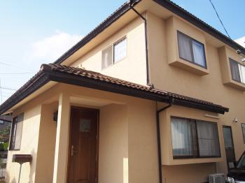 塗り壁の持つ風合いと色味を抑えた優しい佇まいのお家になりました。
