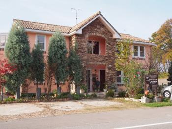 お客様こだわりの南欧風の家にリフォームされました。景色を存分に楽しめるベランダを増設しました。