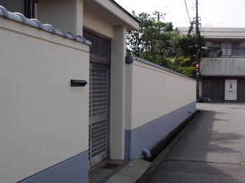 住まいのことはいつもイッセイホームにお任せしています。家の顔でもある塀がきれいになり満足しています。