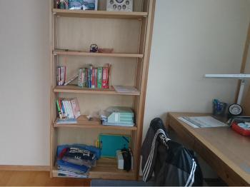 限られた空間にさまざまな家具を置く子ども部屋。本棚で間仕切りすることでその分広く使うことができます。