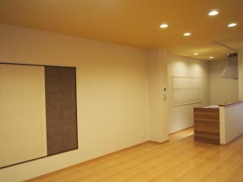 縦に長いリビングの壁には調湿効果の高いエコカラットを貼り空間を程よく引き締めました。