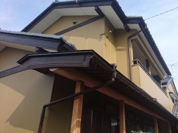 軒が無かったため直射日光や風雨の影響を受けて劣化が進んでいました。軒を造り全体塗装をして長持ちする家に変わりました。