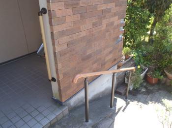 介護保険を利用し玄関に手すりを設置。玄関が変わると外に出る機会が増えて日々の生活が変わりますね。