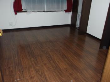 カーペットの汚れや家具を置いた跡が気になっていました。扉の色と同系色を選び落ち着いた洋室になりました。
