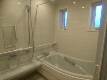 カバー工法で外壁を壊さず窓の大きさを替え、アルミ樹脂複層窓に入れ替え。天井・壁断熱&高断熱浴槽で暖かさを逃がしません