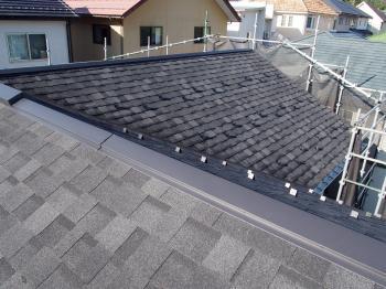 大雪の影響で屋根が被害を受け、屋根の葺き替え工事を致しました。軽量で耐震性に優れ、高耐久性。高級感溢れる外観になりました。