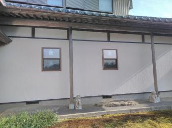 外気温の影響を受ける大きな窓。壁を造り家の暖かさが変わりました。